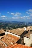 Tetti piastrellati e panorama.vid dalle pareti. San Marino Fotografie Stock