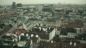 Tetti a pochi piani e moderni del ` delle costruzioni a Vienna un giorno nebbioso, Austria Fotografia Stock