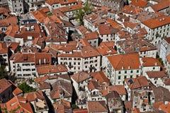 tetti Rosso-coperti di tegoli di vecchia città Immagini Stock