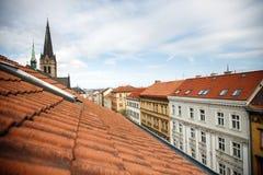 Tetti su una delle vie di vecchia Praga fotografie stock libere da diritti
