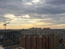 tetti tempestosi della città al tramonto nell'inverno Fotografia Stock Libera da Diritti