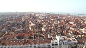 Tetto aereo di panoramica dell'angolo alto di Venezia Italia video d archivio