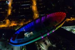 Tetto al neon della costruzione di notte aerea Fotografia Stock