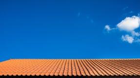 Tetto arancio sopra cielo blu come fondo Fotografia Stock