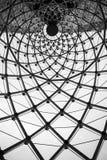 Tetto architettonico astratto di vetro della trave di acciaio di turbinio del fondo fotografia stock libera da diritti