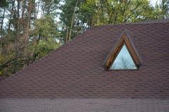 Tetto Asphalt Shingles e finestra della mansarda della soffitta Costruzione del tetto Riparazione di tetto fotografia stock