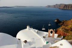 Tetto bianco, terrece sulle costruzioni a OIA, Santorini, Grecia Fotografie Stock