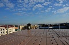 Tetto, cielo blu e nuvola fotografia stock