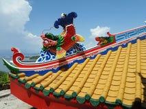 Tetto Colourful del tempio cinese sul porto del nord di Koh Sichang Island Immagini Stock