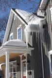 Tetto con ghiaccio e neve Fotografia Stock
