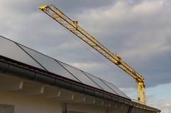 Tetto con i comitati solari Fotografie Stock Libere da Diritti