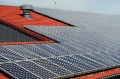 Tetto con i comitati solari Fotografie Stock