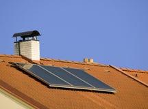 Tetto con il collettore solare fotografia stock
