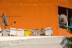 Tetto con la lavanderia ed il satellite Fotografia Stock