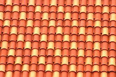 Tetto con le mattonelle gialle ed arancio Fotografia Stock