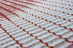 Tetto coperto di tegoli con la polvere della neve Immagini Stock Libere da Diritti