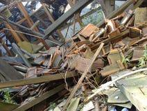 Tetto crollato che mostrano vetro di legno e macerie della pietra Fotografie Stock Libere da Diritti