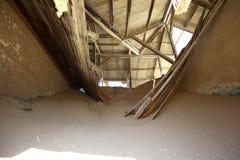Tetto crollato nel ghosttown di Kolmanskop Immagine Stock