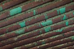 Tetto d'acciaio di decomposizione dopo la pioggia immagini stock libere da diritti