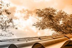 Tetto d'annata con bella luce arancio fotografia stock libera da diritti