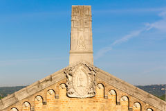 Tetto decorato della chiesa con i fronti del doccione Fotografie Stock