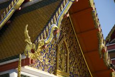 Tetto decorato dorato del tempio buddista a Bangkok, Tailandia Fotografia Stock