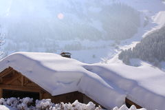 Tetto del chalet sotto la neve fotografia stock