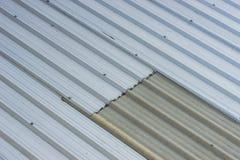 Tetto del metallo sulla costruzione commerciale Fotografie Stock Libere da Diritti