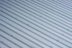 Tetto del metallo sulla costruzione commerciale Fotografia Stock