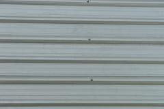 Tetto del metallo sulla costruzione commerciale Immagini Stock Libere da Diritti