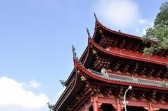 Tetto del tempio di stile cinese contro il fondo del cielo blu Immagini Stock