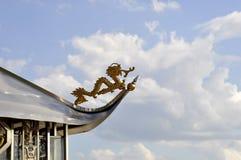 Tetto del tempio di stile cinese contro il fondo del cielo blu Immagini Stock Libere da Diritti