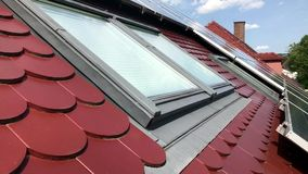Tetto della Camera con i pannelli solari sulla cima stock footage