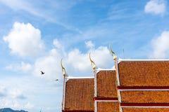 Tetto della cappella con il cielo della nuvola Fotografia Stock