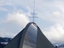 Tetto della chiesa con un incrocio sulla cima fotografie stock libere da diritti