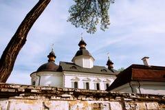 Tetto della chiesa dietro il recinto del mattone Fotografie Stock