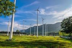 Tetto della pila solare e del generatore eolico in Tailandia Fotografia Stock Libera da Diritti