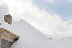Tetto dello Snowy con il cielo Fotografie Stock
