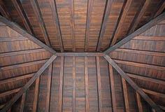 Tetto di legno alla moda del salone in villa Immagini Stock Libere da Diritti