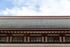 Tetto di legno del pendio in tempio del santuario del giapponese Fotografia Stock