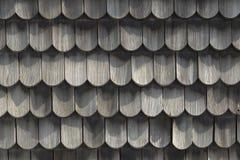 Tetto di legno - vecchio metodo tradizionale per coprire - copra le assicelle immagini stock libere da diritti