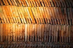 Tetto di mattonelle antico tailandese di terracotta Immagine Stock Libera da Diritti