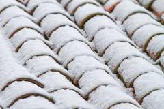 Tetto di mattonelle con neve Immagini Stock Libere da Diritti