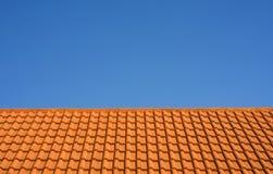 Tetto di mattonelle di ceramica contro un cielo blu Immagine Stock