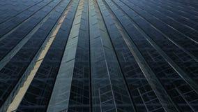 Tetto di panorama una serra enorme Riflessione dei raggi del sole agli angoli del tetto video d archivio