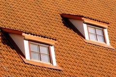 Tetto di piastrellatura con le finestre Fotografia Stock Libera da Diritti