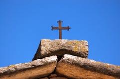 Tetto di pietra con Cristian Cross - un Lessinia Italia Immagini Stock Libere da Diritti