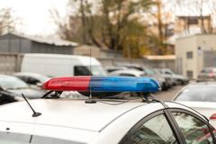 Tetto di una pattuglia della polizia della polizia con il lampeggiamento luci rosse blu e, sirene ed antenne Immagini Stock