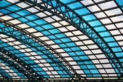 Tetto di vetro con le cellule bianche e blu della finestra Fotografia Stock Libera da Diritti
