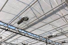 Tetto di vetro moderno dentro la serra con le lampade per l'accensione del piano Fotografie Stock